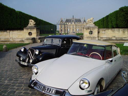 2 DS Traction devant le Châteaux de Sceaux